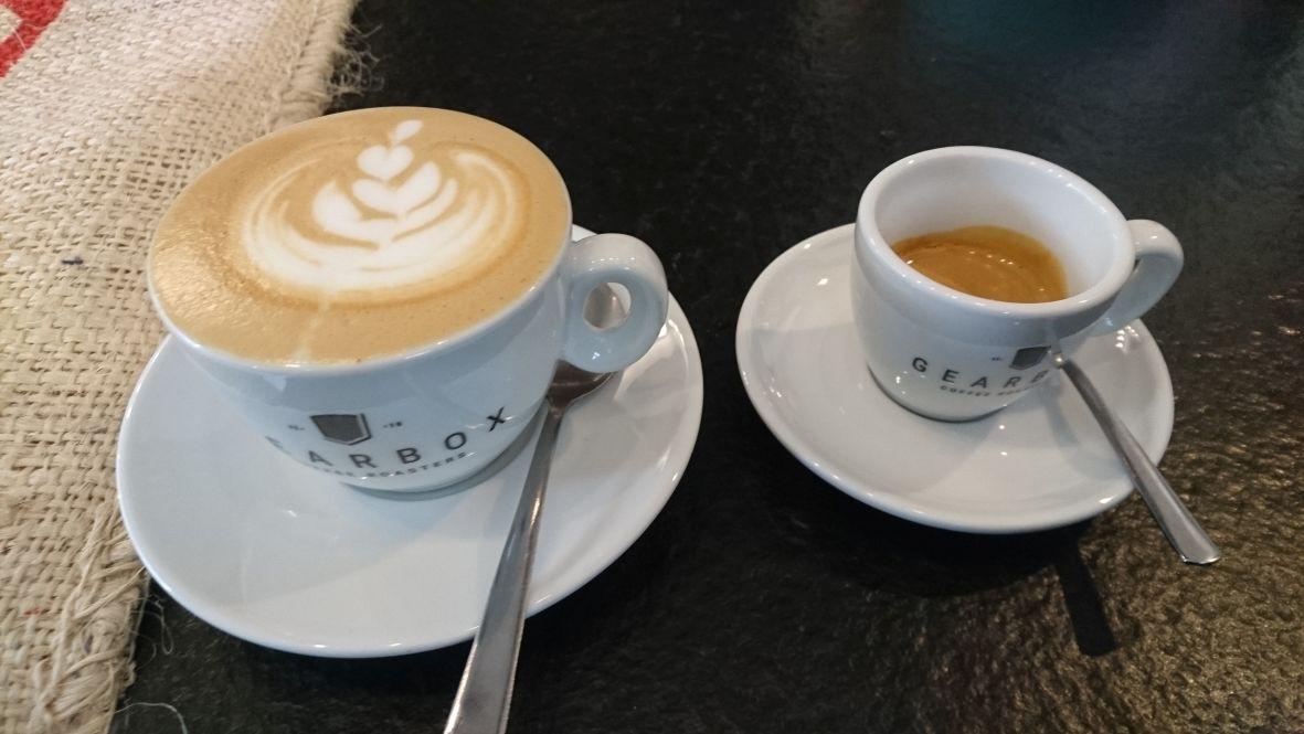 Cappuccino und Espresso im Innenraum coffe Mantra