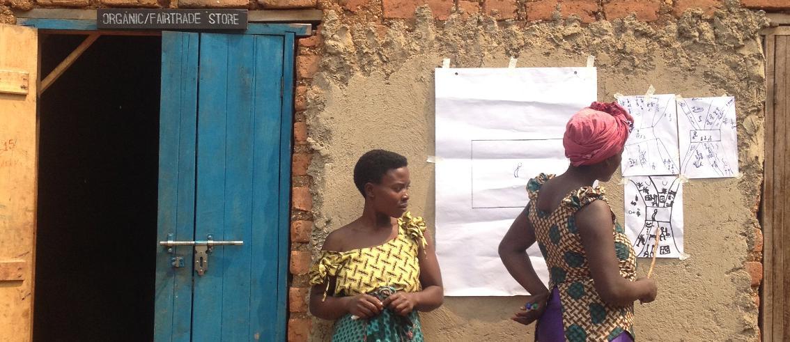 Frauen vor Haus mit Plakat