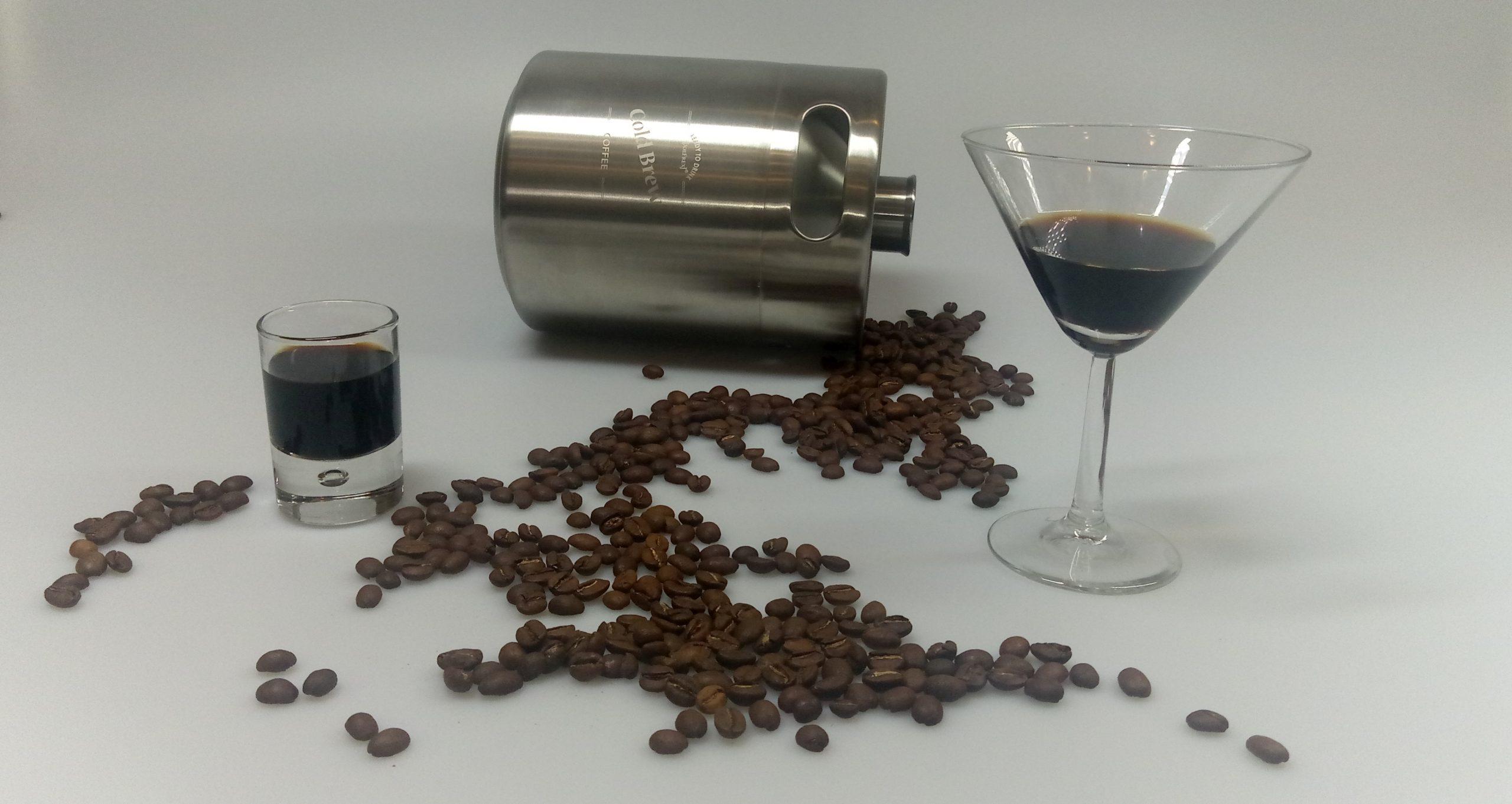 Cold Brewe Coffee in 2 Gläsern mit einem Cold Brew Fass