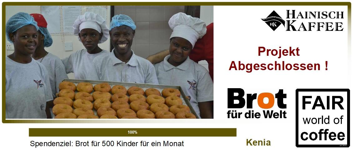 Junge Männer und Frauen zeigen stolz ihr Brot