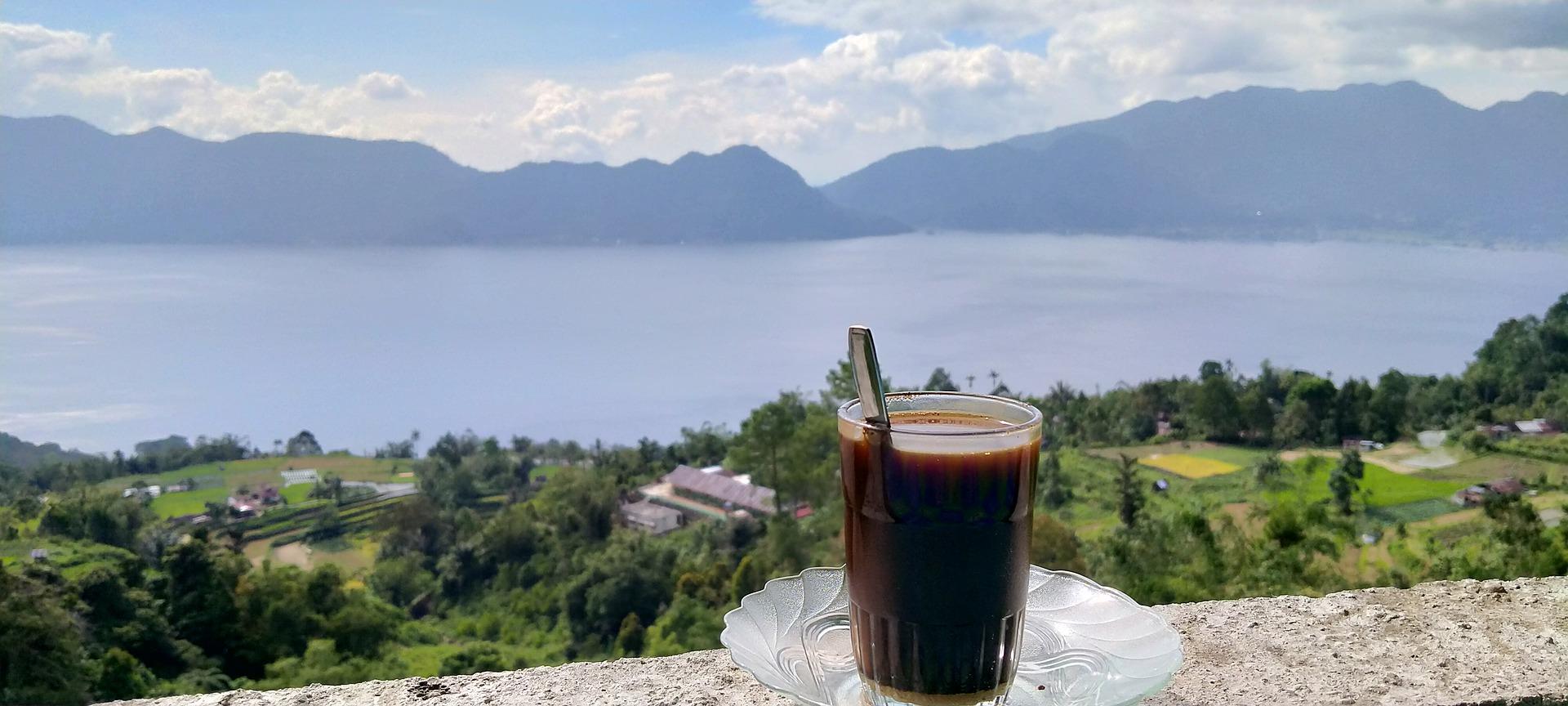 Kaffee auf einem Tisch auf einer Terasse an einem Kratersee in Sumatra