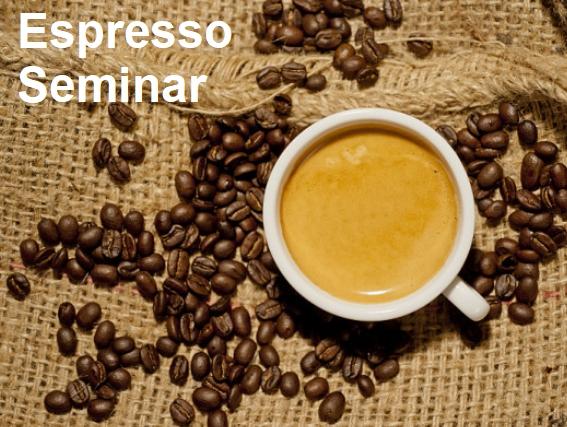 Espresso in einer Tasse auf Kaffeesackjute mit Kaffeebohnen